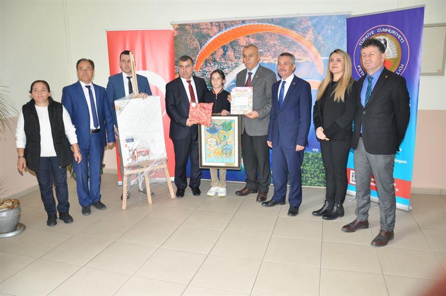 Ortaokullar arası Kooperatifçilik konulu resim yarışmasında Türkiye derecesi yapan Nazike Ekiz'e ödülünü Fethiye Kaymakamı Muzaffer Şahiner ve Muğla Ticaret İl Müdürü Mehmet DEMİRTAŞ sundu